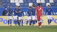 Para pemain Italia merayakan gol Jorginho dalam pertandingan sepak bola UEFA Nations League antara Italia dan Polandia di Mapei Stadium, di Reggio Emilia, Italia, Minggu, 15 November 2020. (Fabio Ferrari / LaPresse melalui AP)