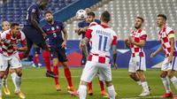 Bek Timnas Prancis, Dayot Upamecano, berusaha menyundul bola ketika berhadapan dengan Timnas Kroasia pada lanjutan UEFA Nations League, Rabu (9/8/2020) dini hari WIB. (AP Photo/Francois Mori)