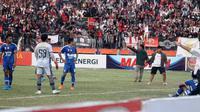 Suporter Persis memasuki lapangan untuk merayakan gol yang dicetak Slamet Budiono ke gawang PSIM di Stadion Wilis, Madiun (16/8/2019). (Bola.com/Vincentius Atmaja)