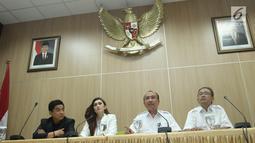 Aktris Nafa Urbach (kedua kiri) bersama Sekretaris Menteri PPPA, Pribudiarta Nur (kedua kanan) saat jumpa pers audiensi di gedung Kementerian PPPA, Jakarta, Senin (21/8). (Liputan6.com/Herman Zakharia)