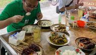 Wakil Menteri Perdagangan (Wamendag), Jerry Sambuaga saat mengunjungi warung makan di sekitar Stasiun Balapan, Solo. Ia mencoba langsung penerapan batas waktu makan di tempat selama 20 menit.