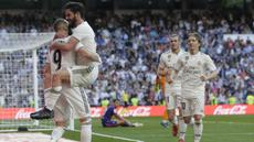 Para pemain Real Madrid merayakan gol yang dicetak oleh Isco ke gawang Celta Vigo pada laga La Liga 2019 di Stadion Santiago Bernabeu, Sabtu (16/3). Real Madrid menang 2-0 atas Celta Vigo. (AP/Paul White)