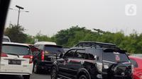 Kendaraan terjebak kemacetan di Tol Sedyatmo KM 29 menuju Bandara Internasional Soekarno Hatta, Cengkareng, Selasa (10/11/2020). Kemacetan tersebut karena adanya peningkatan jumlah kendaraan menuju bandara yang diduga ingin menjemput pemimpin FPI, Habib Rizieq Shihab. (Liputan6.com/Herman Zakharia)