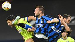 Gelandang Inter Milan, Roberto Gagliardini, berebut bola dengan penyerang Getafe, Enric Gallego, pada laga 16 besar Liga Europa 2019/2020 di Veltins Arena, Kamis (6/8/2020) dini hari WIB. Inter Milan menang 2-0 atas Getafe. (AFP/ Ina Fassbender/various sources)