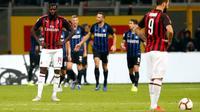 Ekspresi pemain AC Milan, Tiemoue Bakayoko (kiri) dan Gonzalo Higuain setelah pemain Inter Milan, Mauro Icardi mencetak gol ke gawang mereka pada laga Serie A di Stadion San Siro, Milan, Italia, Minggu (21/10). (AP Photo/Antonio Calanni)