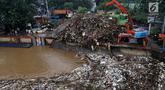 Alat berat (becko) beroperasi mengangkut sampah yang menumpuk di Pintu Air Manggarai, Jakarta, Rabu (24/4). Tingginya curah hujan di Bogor membuat sampah yang berasal kebanyakan dari sampah rumah tangga ini terbawa arus sungai menumpuk di Pintu Air Manggarai. (Liputan6.com/Johan Tallo)