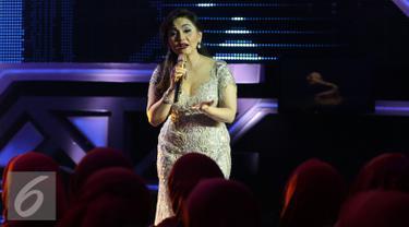 Nia Daniaty saat tampil di acara Golden Memories di Studio 5 Indosiar, Jakarta, Jumat (13/01). Acara musik tersebut bagian dalam rangkaian dari hari ulang tahun Indonesia yang ke-22. (Liputan6.com/JohanTallo)