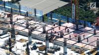 Pekerja tengah menyelesaikan proyek pembangunam gedung bertingkat di Jakarta, Selasa (27/8/2019). Pemerintah menargetkan pertumbuhan ekonomi Indonesia di tahun 2020 sebesar 5,3%. (Liputan6.com/Angga Yuniar)