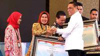 Menteri Pendayagunaan Aparatur Negara dan Reformasi Birokrasi (PAN-RB) Syafruddin menyerahkan SAKIB award kepada Bupati Serang Ratu Tatu Chasanah. (Istimewa)
