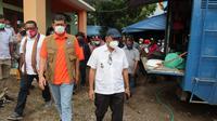 Kepala BNPB Doni Monardo melakukan peninjauan dapur umum di Lewoleba, NTT, Selasa (6/4/2021). (Badan Nasional Penanggulangan Bencana/BNPB)