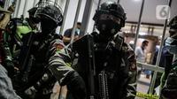 Polisi berjaga di lokasi bekas Sekretariat Markas Front Pembela Islam di Petamburan, Jakarta, Selasa (27/4/2021). Berdasarkan keterangan polisi, Munarman diduga menggerakkan orang lain untuk melakukan tindak pidana terorisme. (Liputan6.com/Faizal Fanani)