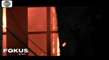 Kepanikan bertambah karena di atas rumah yang terbakar ada tegangan ekstra tinggi atau sutet.