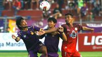 Pemain Martapura FC berebut bola dengan pemain Persik pada laga Liga 2 di Stadion Brawijaya, Kediri (26/6/2019). (Bola.com/Gatot Susetyo)