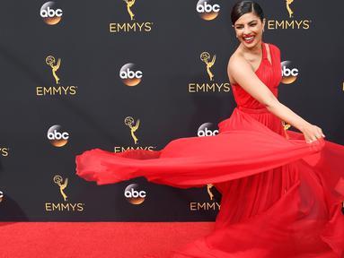 Aktris Bollywood Priyanka Chopra ketika menghadiri Emmy Awards 2016 di Microsoft Theater, Los Angeles, Minggu (18/9). Priyanka sukses mencuri perhatian saat melangkah di karpet merah dengan balutan gaun yang elegan. (Frazer Harrison/Getty Images/AFP)
