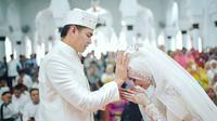 Tommy Kurniawan akhirnya melepas masa dudanya dengan melangsungkan akad nikah di Mesjid Raya Baiturrahman, Banda Aceh. (Instagram/xhdrx)