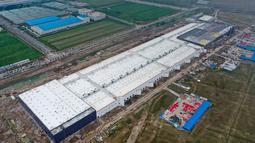 Foto dari udara memperlihatkan pembangunan pabrik Tesla di Shanghai, China pada Selasa (16/7/2019). Pembangunan pabrik ini menjadi langkah pertama Tesla untuk melokalkan produksi di pasar automotif terbesar dunia tersebut. (AFP Photo)