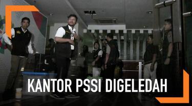 Kantor PSSI digeledah satgas antimafia bola selama hampir 18 jam. Sejumlah barang dan dokumen dibawa keluar dari dalam kantor.