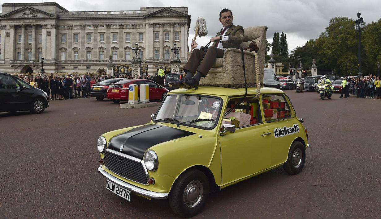 Komedian Inggris Rowan Atkinson, pemeran 'Mr Bean' mengendarai mobil mininya dan berkeliling di kawasan The Mall, London, Jumat (4/9/2015). Rowan Atkinson tersebut sebagai promosi serial TV dan Film komedi 'Mr Bean' (REUTERS / Toby Melville)