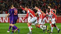 Para pemain Crvena Zvezda merayakan gol ke gawang Liverpool pada laga Liga Champions, di Stadion Rajko Mitic, Beograd, Selasa (6/11/2018). (AFP/Andrej Isakovic)
