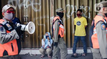 FOTO: PSBB Diperpanjang, PKL Tanah Abang Kembali Ditertibkan