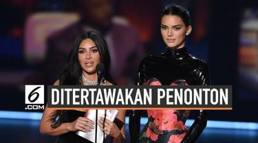 Kim Kardashian dan Kendall Jenner mengalami kejadian kurang menyenangkan saat membacakan nominasi Emmy Awards yang digelar di Microsoft Theater, Los Angeles, Amerika Serikat. Keduanya menjadi tertawaan para penonton Emmy ketika memberikan pernyataan ...