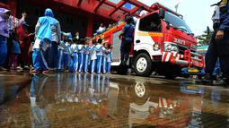 Sejumlah siswa TK di lingkungan Kabupaten Bogor menaiki mobil pemadam kebakaran saat berkunjung ke kantor Dinas Pemadam Kebakaran, Jalan Tegar beriman, Cibinong, Rabu (18/9/2019). Kegiatan belajar di luar kelas ini untuk mengenalkan profesi dan tugas pemadam kebakaran. (merdeka.com/Arie Basuki)