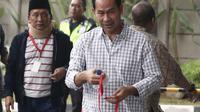 Terpidana Tubagus Chaeri Wardana atau Wawan (kanan) dan Fuad Amin tiba di Gedung KPK, Jakarta, Senin (22/10). Keduanya menjadi saksi untuk tersangka mantan Kalapas Sukamiskin Wahid Husein. (Liputan6.com/Herman Zakharia)