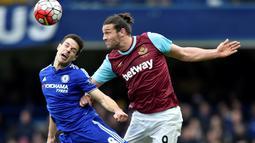 Pemain Chelsea, Cesar Azpilicueta (kiri), berebut bola dengan pemain West Ham United, Andy Carrol, dalam lanjutan Liga Inggris di Stadion Stamford Bridge, London, Sabtu (19/3/2016). (Reuters/Hannah Mckay)