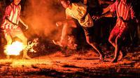 Pertunjukan sepak sawut atau bola api turut meramaikan gelaran Festival Isen Mulang 2019 yang digelar di Palangkaraya. (Liputan6.com/ Kementerian Pariwisata)