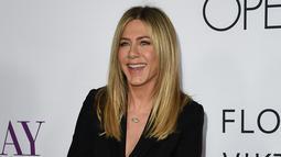 "Senyum manis Jennifer Aniston saat menghadiri premiere film "" Mothers Day"" di TCL Chinese Theatre IMAX di Hollywood, California, USA (14/4). (AFP PHOTO/Kevin Musim Dingin)"