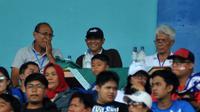 Joko Susilo (tengah) bersama Bambang Nurdiansyah dan Danurwindo saat uji coba Arema melawan Timnas Indonesia U-22 di Stadion Kanjuruhan, Kabupaten Malang (10/2/2019). (Bola.com/Iwan Setiawan)