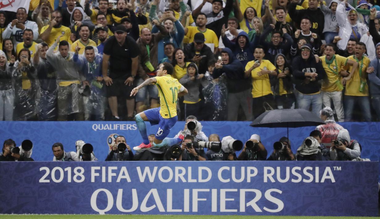 Bintang Brasil, Neymar merayakan golnya ke gawang Paraguay pada laga Kualifikasi Piala Dunia 2018 zona Conmebol di Arena Corinthians Stadium,  Sao Paulo, Brasil, Selasa (28/3/2017). Brasil menang 3-0. (AP/Andre Penner)