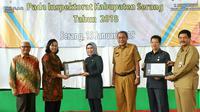 Sekretaris Utama Badan Standarisasi Nasional (BSN), Puji Winarni menyerahkan penghargaan kepada Bupati Ratu Tatu Chasanah. (Istimewa)