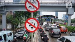 Pengendara motor memasuki Gerbang Tol Lenteng Agung 2 di Tanjung Barat, Jakarta, Rabu (1/1/2020). Banjir yang menggenangi Jalan TB Simatupang menyebabkan akses bagi pengendara terputus sehingga membuat arus lalu lintas seluruh kendaraan dialihkan melalui jalan tol. (Liputan6.com/Immanuel Antonius)