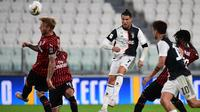 Penyerang Juventus, Cristiano Ronaldo, berusaha mencetak gol ke gawang AC Milan pada laga leg kedua semifinal Coppa Italia di Allianz Stadium, Sabtu (13/6/2020) dini hari WIB. Juventus lolos ke final usai bermain imbang 0-0 atas AC Milan. (AFP/Miguel Medina)