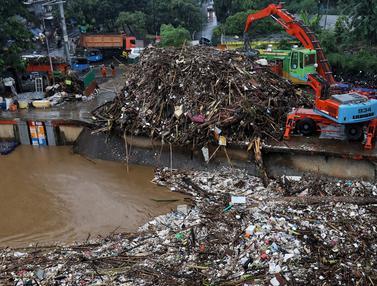 Sampah di Pintu Air Manggarai
