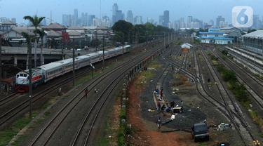 Pekerja menyelesaikan pengerjaan rangkaian rel di Depo Cipinang, Jakarta, Sabtu (16/11/2019). Proyek pembangunan Double-Double Track yang rampung pada awal 2019 masih dalam perbaikan di lajur Depo Cipinang. (merdeka.com/Imam Buhori)
