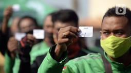 Pengemudi ojek online menunjukkan nomor antrean saat menjalani swab test COVID-19 di Alam Sutra, Tangerang Selatan, Banten, Selasa (21/7/2020). Swab test gratis tersebut digelar di tengah kasus COVID-19 yang terus bertambah di beberapa daerah di Indonesia. (merdeka.com/Dwi Narwoko)