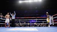 Wasit menghentikan pertarungan antara Amir Khan dengan Terence Crawford pada ronde keenam dalam perebutan gelar juara dunia tinju kelas welter WBO di Madion Square Garden, New York, Amerika Serikat, Minggu (21/4). (AP Photo/Frank Franklin II)