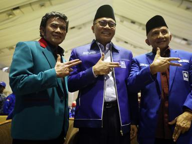 Ketum PAN Zulkifli Hasan (tengah), Ketua Dewan Pertimbangan PAN Amien Rais (kanan) dan Ketum Partai Idaman Rhoma Irama memberikan salam sebelum pembukaan Rakernas PAN di Jakarta, Kamis (9/8). (Liputan6.com/Johan Tallo)