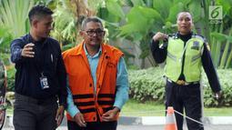 Anggota DPRD Kota Malang HM Zainuddin tiba di gedung KPK, Jakarta, Senin (16/4). Zainuddin diperiksa sebagai tersangka terkait dugaan suap pembahasan APBD-P Pemerintah Kota Malang Tahun 2015. (Merdeka.com/Dwi Narwoko)