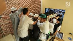 Umat muslim mengangkat jenazah KH Maimun Zubair atau Mbah Moen saat akan disemayamkan di Kantor Urusan Haji Daker Syisyah, Makkah, Arab Saudi, Selasa (6/8/2019). Mbah Moen meninggal dunia di Makkah al Makaromah sekitar pukul 04.30 waktu setempat. (Liputan6.com/HO/Baharuddin/MCH)