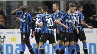 Striker Inter Milan Romelu Lukaku merayakan golnya bersama rekan-rekannya ke gawang Genoa pada pekan ke-17 Liga Italia di Stadio Giuseppe Meazza, Minggu (22/12/2019) dini hari WIB.(AP Photo/Luca Bruno)