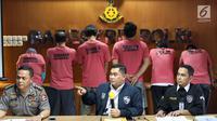 Petugas kepolisian memberi keterangan saat menunjukkan enam anggota The Family Muslim Cyber Army yang terlibat kasus ujaran kebencian di Direktorat Tindak Pidana Siber Bareskrim Polri, Jakarta (28/2). (Liputan6.com/Immanuel Antonius)