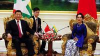 Presiden China Xi Jinping bersama dengan penasehat negara Myanmar Aung San Suu Kyi.(Source:AFP)