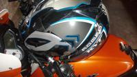 Menaruh helm di atas tangki motor, dalam waktu lama akan membuat helm tidak nyaman digunakan (Foto: Ardiyanto Yugo).