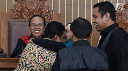 Terdakwa kasus penyebaran berita bohong atau hoaks Ratna Sarumpaet (tengah) memeluk Presiden KSPI Said Iqbal dalam sidang lanjutan di PN Jakarta Selatan, Selasa (9/4). Said Iqbal dimintai keterangan oleh jaksa mengenai aksi penganiayaan yang direkayasa Ratna Sarumpet. (Liputan6.com/ImmanuelAntonius)