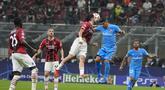 Penyerang Atletico Madrid, Luis Suarez berebut bola udara dengan bek AC Milan, Davide Calabria pada pertandingan grup B Liga Champions di stadion San Siro di Milan, Italia, Rabu (29/9/2021). Atletico Madrid menang tipis atas AC Milan 2-1.  (AP Foto/Antonio Calanni)