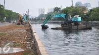 Petugas mengoperasikan eskavator untuk mengeruk lumpur di Kali Sunter Podomoro, Jakarta, Jumat (4/12). Normalisasi sejumlah sungai Vital, seperti kali Ciliwung, serta anak kali hingga ke muara Jakarta untuk mencegah banjir. (Liputan6.com/Gempur M Surya)