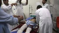 Seorang pria yang terluka menerima perawatan di rumah sakit setelah adana ledakan bom mobil bunuh diri dan serangan oleh beberapa pria bersenjata di Jalalabad, sebelah timur Kabul, pada hari Minggu. (AP)